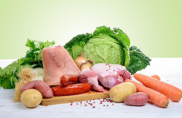 キャベツと鍋を準備するための野菜と肉