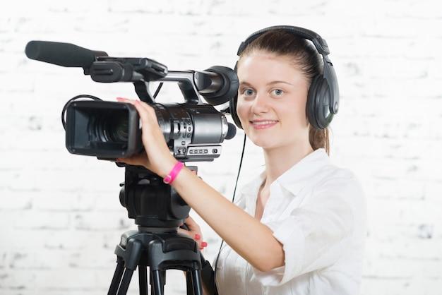 プロのカメラを持つかなり若い女性