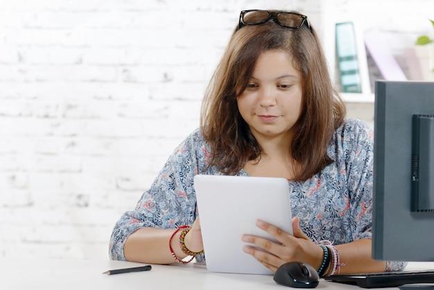 Портрет подростка с цифровым планшетом