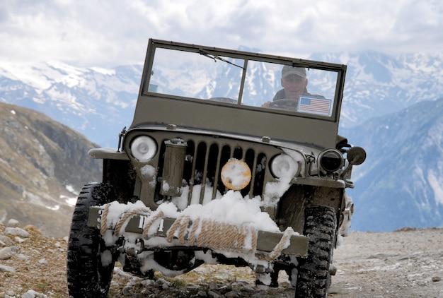 Старый боевой джип в горах