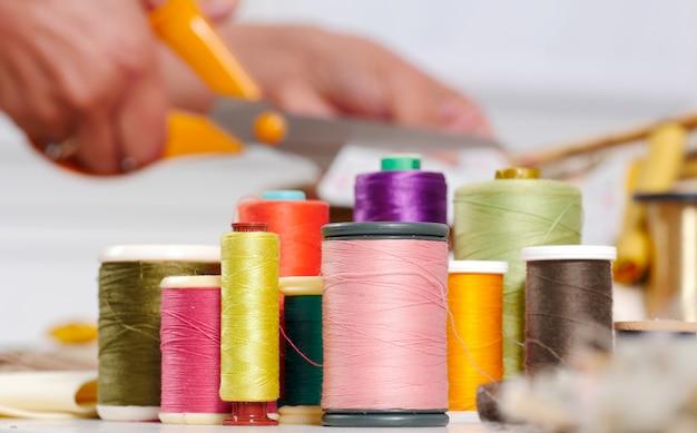 色の糸のリール
