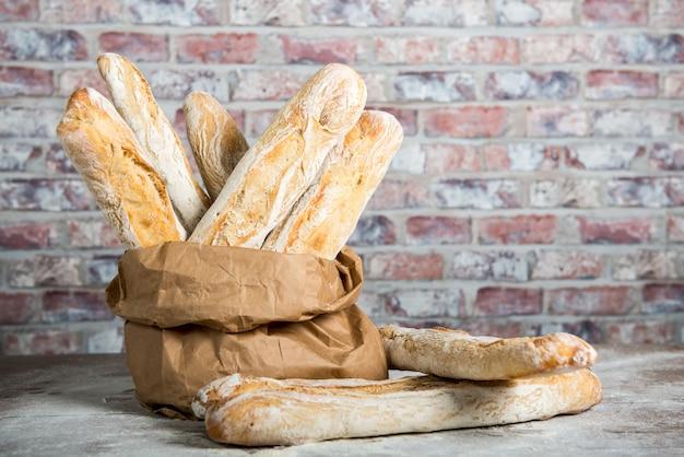 紙袋に焼きたての素朴なパンのパン