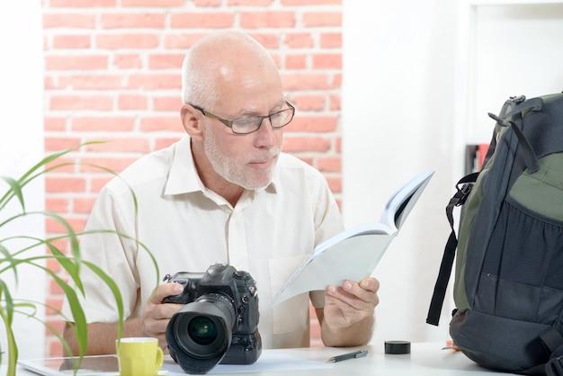 カメラとトレーニングマニュアルを持つカメラマン
