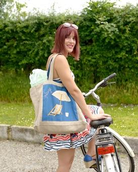 自転車に乗って若い魅力的な女性