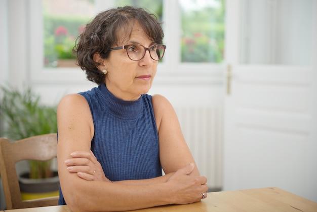 Портрет красивой зрелой женщины в очках