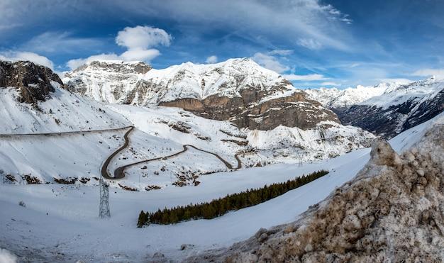 小さな曲がりくねった道と雪に覆われたピレネー山脈