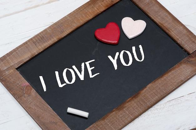 コンセプトロマンチックな小さな黒板、赤と白のハート