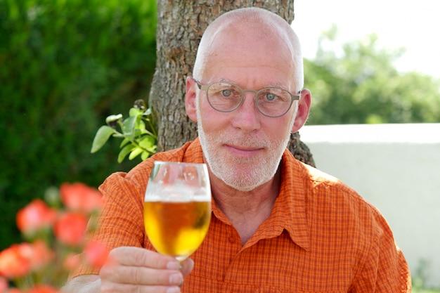 外でビールを飲む中年の男性