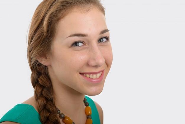 白地に緑のカジュアルなスマート服で笑顔の女性