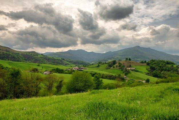 Пейзаж платит баскские, зеленые холмы. французская деревня в пиренейских горах