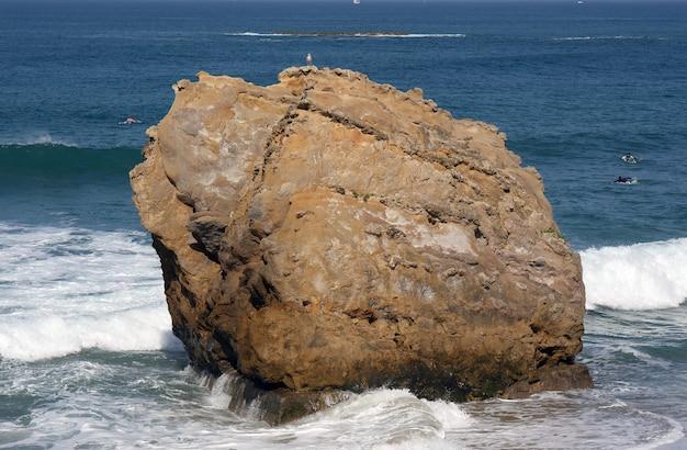ビアリッツビーチの波の海
