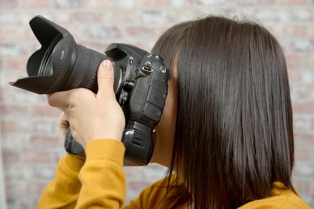 写真カメラでブルネットの女性