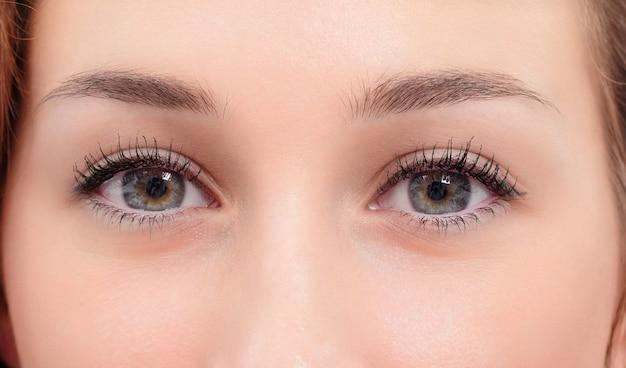 Красивые глаза молодой женщины