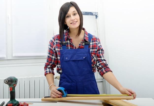木の板を測定美少女ビルダー