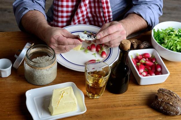 男はバターで大根を食べる