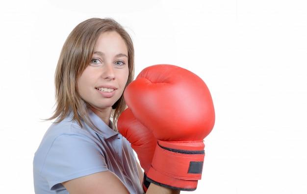 ボクシンググローブのペアを着て美しい若い女性