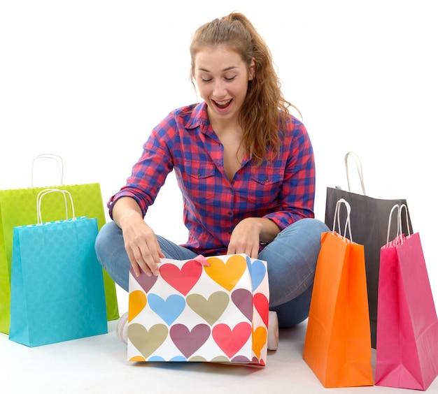 分離された買い物袋を持つ若い幸せな女
