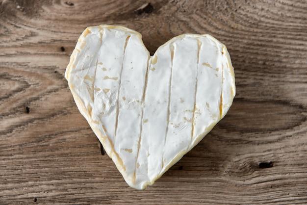 フランスのヌフシャテルチーズ形の木製のテーブルの上の心