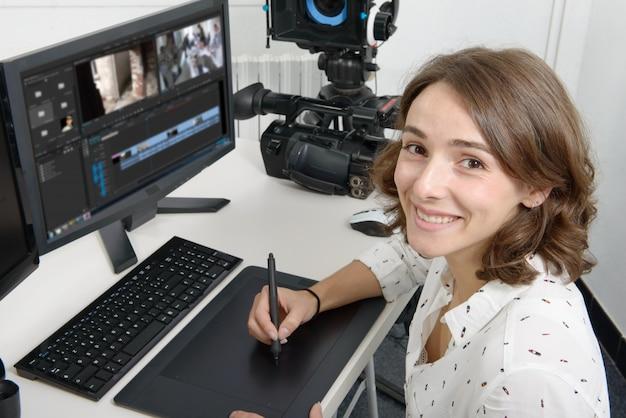 Дизайнер молодой женщины с помощью графического планшета