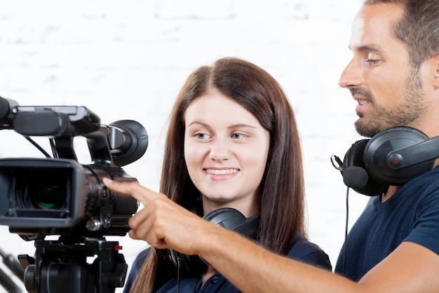 Оператор и молодая женщина с кинокамерой