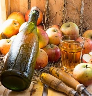 リンゴとサイダーのボトルとグラス