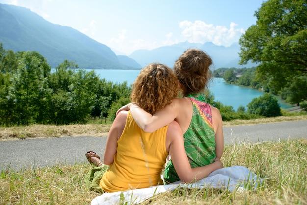 自然の中で二人のレズビアンは風景を賞賛します