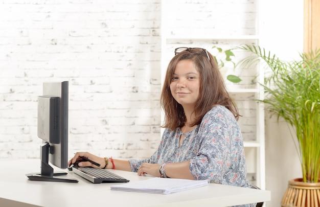 Портрет девочки-подростка за компьютером