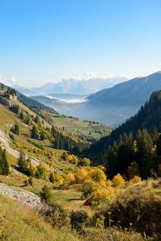 フランスアルプスの秋の山の風景