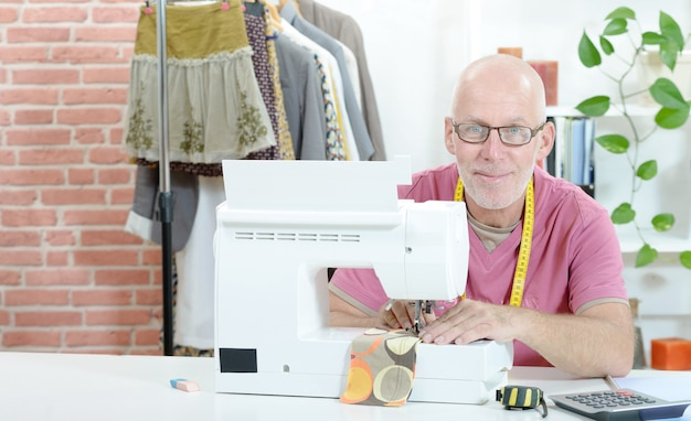 縫製工場の男
