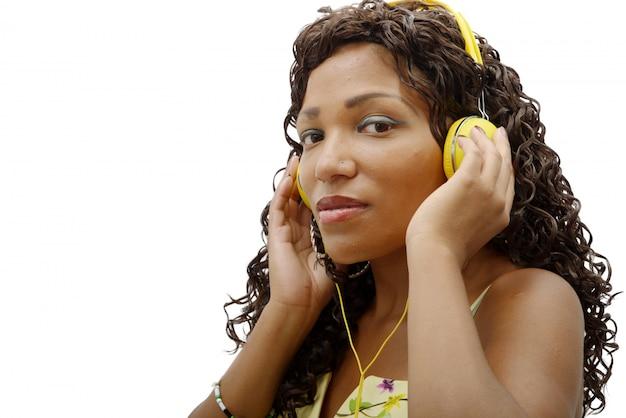 音楽を聴くアフリカの女性