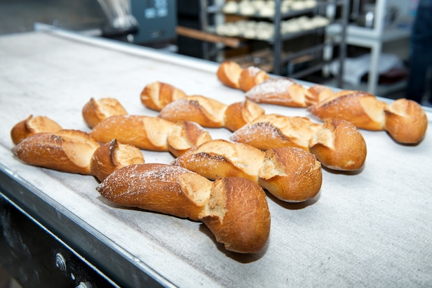 オーブンから取り出したフランスパン