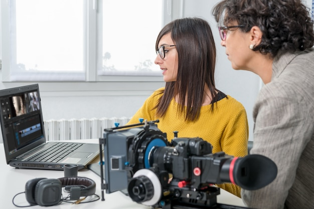 Женский редактор видео и молодой помощник