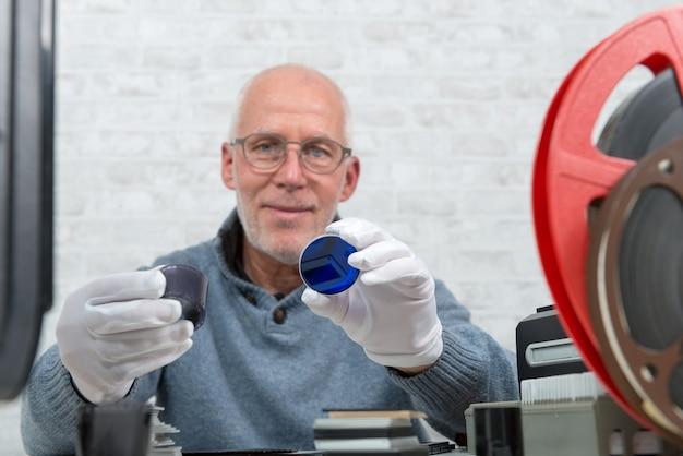 白い手袋ネガフィルムでデジタル化する技術者