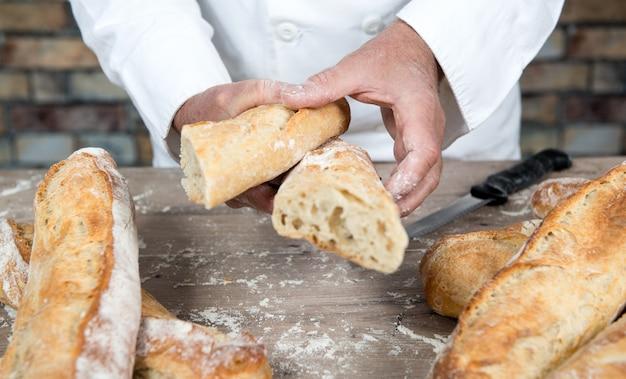 Бейкер нарезки традиционного хлеба французским багетом