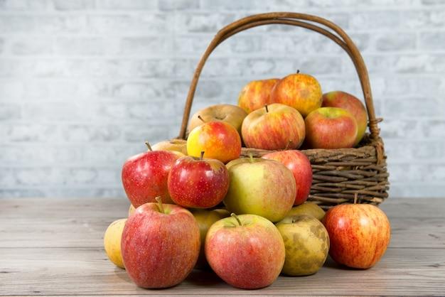木製のテーブルの上のリンゴのバスケット