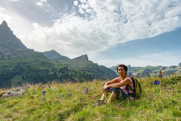 山で休んでいるハイカーの女性