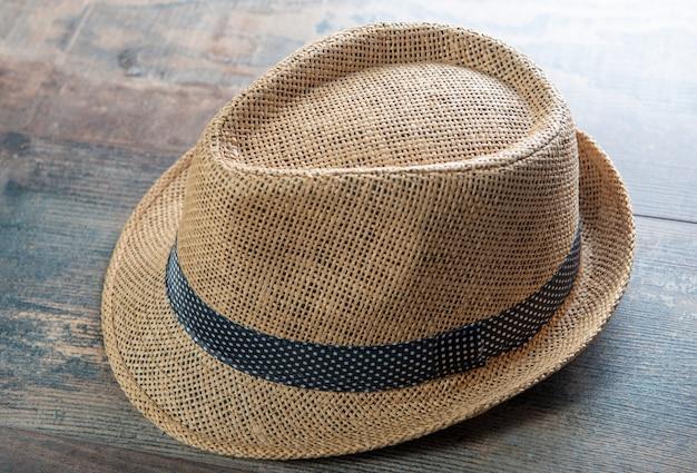 木の上の男のヴィンテージ麦わら帽子ファッション
