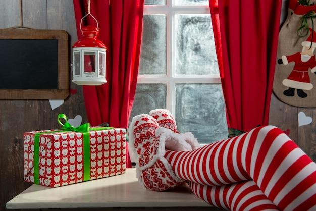 サンタの女性の足。クリスマス休暇の概念
