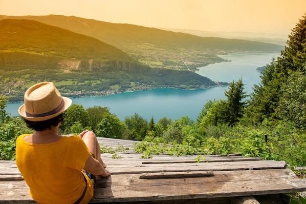 Вид на озеро анси, французские альпы