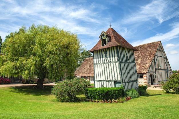 ノルマンディーのフランスの家。典型的なフランスのノルマンの家の眺め
