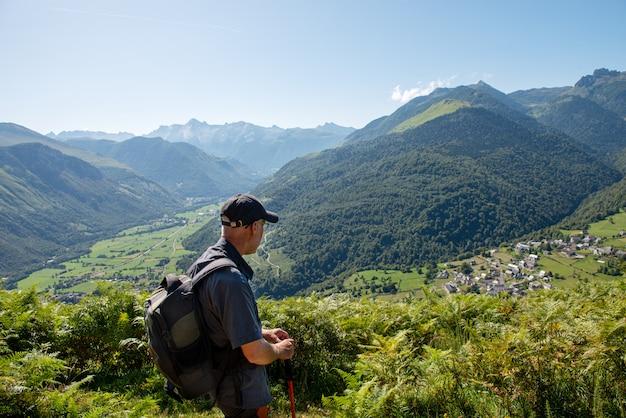 フランスのピレネー山脈の男ハイカー