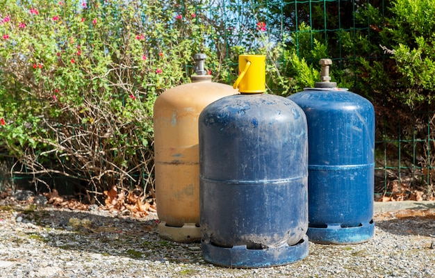 Потребительские газовые баллоны для сжиженного нефтяного газа, на открытом воздухе