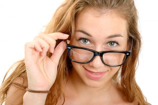 黒眼鏡を持つ若い女性の笑みを浮かべてください。