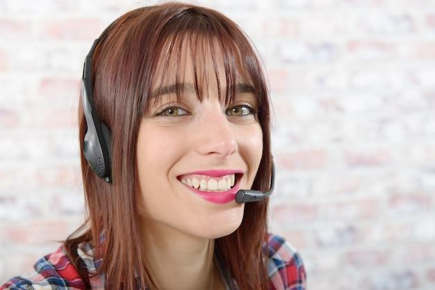 ヘッドセットを持つ美しい若いサポート電話オペレーター