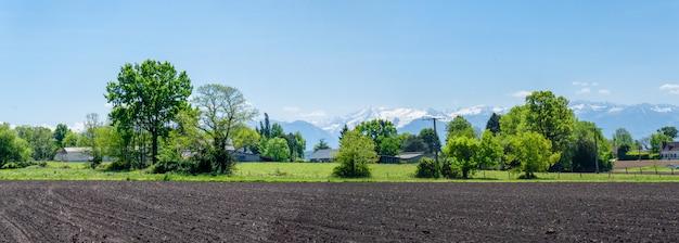 Пейзаж французской сельской местности с пиренейскими горами