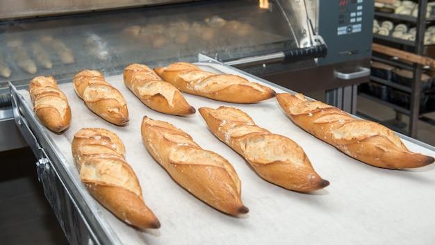 Французский хлеб вынимают из духовки