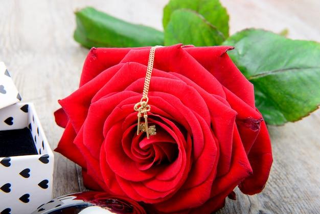 Красная роза с маленькой жемчужиной на день святого валентина