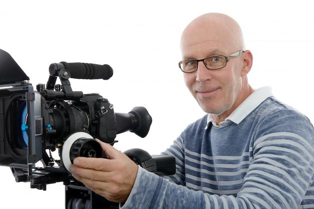 白い背景の上のビデオカメラでハンサムな男