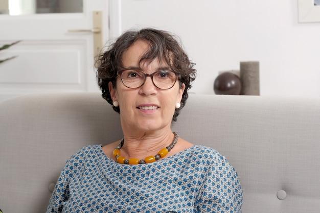 Портрет брюнетки зрелой женщины с очками