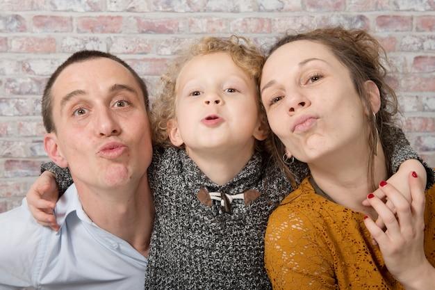 幸せな家族、母、父、子を自宅で